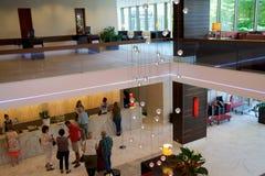 MAINZ, DUITSLAND - 8 JULI, 2017: Modern binnenland van de hal in Hilton Mainz Hotel met mensen die in lijn wachten Royalty-vrije Stock Foto