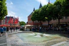 MAINZ, GERMANIA - 8 luglio 2017: la gente nel quadrato del mercato, nella vecchia città ai DOM con la fontana nella priorità alta Fotografie Stock