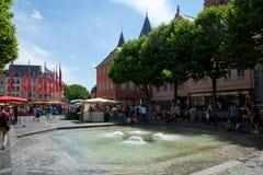 MAINZ, GERMANIA - 8 luglio 2017: la gente nel quadrato del mercato, nella vecchia città ai DOM con la fontana nella priorità alta Immagini Stock Libere da Diritti