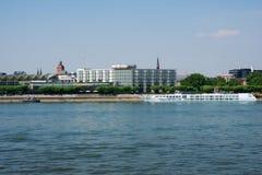 MAINZ TYSKLAND - JULI 09., 2017: Lyxiga Hilton Hotel bredvid Rhentysken Rhein Utvändig sikt från oppositen Arkivfoton