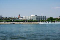 MAINZ TYSKLAND - JULI 09., 2017: Lyxiga Hilton Hotel bredvid Rhentysken Rhein Utvändig sikt från oppositen Fotografering för Bildbyråer