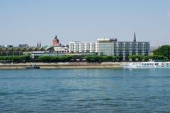 MAINZ TYSKLAND - JULI 09., 2017: Lyxiga Hilton Hotel bredvid Rhentysken Rhein Utvändig sikt från oppositen Royaltyfri Foto