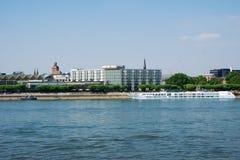 MAINZ TYSKLAND - JULI 09., 2017: Lyxiga Hilton Hotel bredvid Rhentysken Rhein Utvändig sikt från oppositen Arkivbilder
