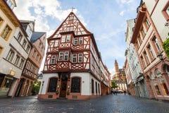 Mainz Tyskland - Juni 12, 2017: Gamla historiska byggnader i Mainz, Royaltyfria Foton