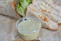 Maionese e verdura di riempimento del tonno del pane integrale con la immersione della salsa acida fotografia stock libera da diritti