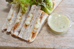 Maionese e verdura di riempimento del tonno del pane integrale con la immersione della salsa acida fotografia stock