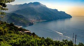 Maiori e Minori vistos de Ravello Mar Mediterrâneo e Amalf Fotografia de Stock Royalty Free