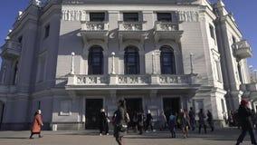 A maioria de construção bonita em Yekaterinburg footage Construção do teatro de Opera Atração turística que sightseeing Dia ensol filme
