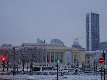 Mairie de Puteaux - gatasikt efter tungt snöfall - gatabildspråk Arkivfoton