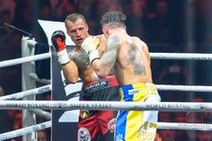 Mairis Briedis och Oleksandr Usyk, under världen som boxas halv sista kamp för toppen serie Royaltyfria Foton