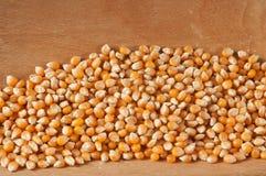Mais auf einem hölzernen Hintergrund Stockbilder
