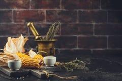 Mais auf Pfeilern stockbild