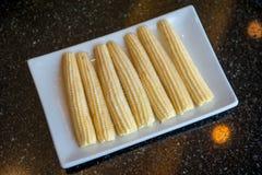 Mais auf weißem Teller Lizenzfreies Stockfoto