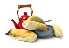 Mais auf wei?em Hintergrund lizenzfreie stockfotografie