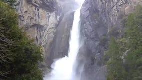 Mais baixa conexão em cascata da água de Yosemite Falls vídeos de arquivo