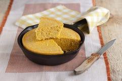 Mais-Brot in einem Roheisen Skillet stockfoto