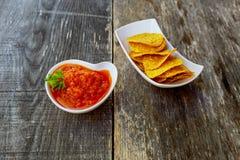 Mais chipswith würzige adjika Salsa Lizenzfreies Stockfoto