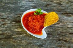 Mais chipswith würzige adjika Salsa Stockfoto