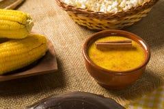 Mais Curau - typisches Lebensmittel des Grünkerns - geschmackvoll und billig - typi lizenzfreie stockfotografie