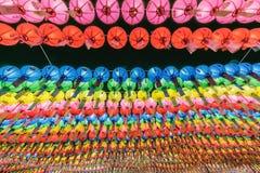 Mais do que milhares de papel colorido Lotus Lanterns que pendura em árvores como o telhado para a adoração da Buda ou as celebri imagens de stock