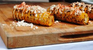 Mais mit Käse und Paprika stockbild