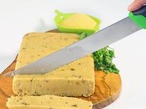 Mais Polenta und porcini   schneiden Sie in Scheiben mit einem Messer Lizenzfreies Stockfoto