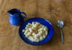Mais-Stöcke mit Milch Stockbild