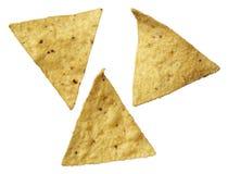 Mais-Tortilla-Chips getrennt auf Weiß Stockfotos