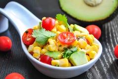Mais-und Avocado-Salat Lizenzfreie Stockbilder
