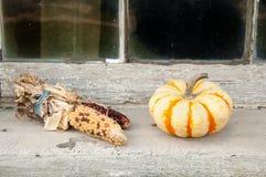 Mais und Kürbis auf Fensterbrett Stockfotos