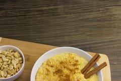 Maisbrei mit Zimt und Erdnüssen auf einem hölzernen Stand stockbilder