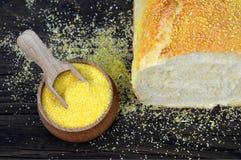 Maisbrot und Maismehl in der hölzernen Schüssel lizenzfreies stockfoto