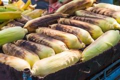 Maiskörner, die auf einem Grill grillen Stockfotografie