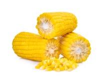Maiskörner getrennt auf Weiß stockfotografie