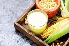 Maismilch im Glas lizenzfreies stockfoto