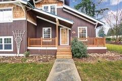 Maison à deux niveaux extérieure avec l'équilibre et le porche en bois de panneau images libres de droits