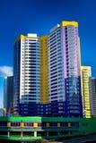 Maison à plusiers étages, nouvelle, sur le fond de ciel Photographie stock