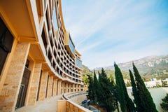 Maison à plusiers étages sur la mer Architecture monténégrine Vraie es Photo libre de droits