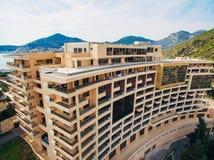 Maison à plusiers étages sur la mer Architecture monténégrine Vraie es Photos libres de droits
