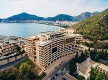 Maison à plusiers étages sur la mer Architecture monténégrine Vraie es Photographie stock