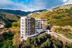 Maison à plusiers étages sur la mer Architecture monténégrine Vraie es Image stock