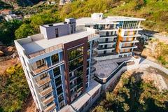 Maison à plusiers étages sur la mer Architecture monténégrine Vraie es Photos stock