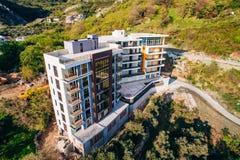 Maison à plusiers étages sur la mer Architecture monténégrine Vraie es Photo stock