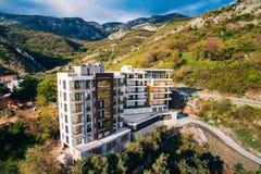 Maison à plusiers étages sur la mer Architecture monténégrine Vraie es Images stock