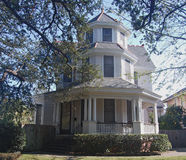 Maison à trois niveaux de la Nouvelle-Orléans avec la tour photos stock