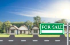 Maison à vendre avec le vert à vendre le signe Images libres de droits