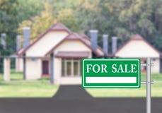 Maison à vendre avec le vert à vendre le signe Photographie stock libre de droits