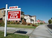 Maison à vendre des signes et une vendue Image libre de droits