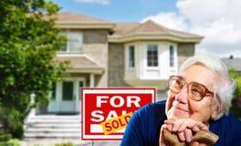 Maison à vendre et la femme supérieure heureuse Photos libres de droits