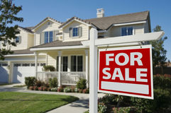 Maison à vendre le signe et la maison neuve Photos libres de droits